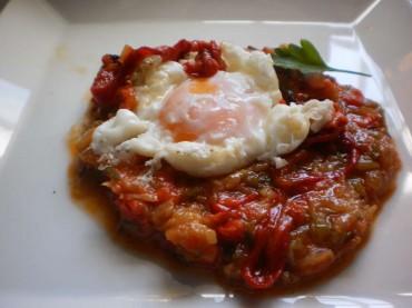 Pisto con flor de huevo, receta