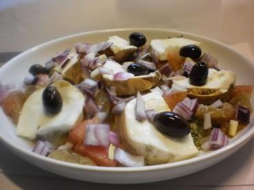 Ensalada salvaje: tomate – mozarella ahumada – Pistou de rúcula