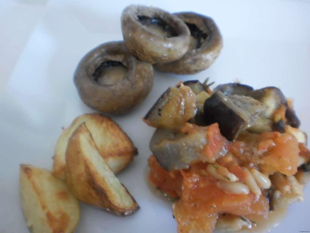 berenjenas con tomate acompañadas de champiñones y patatas