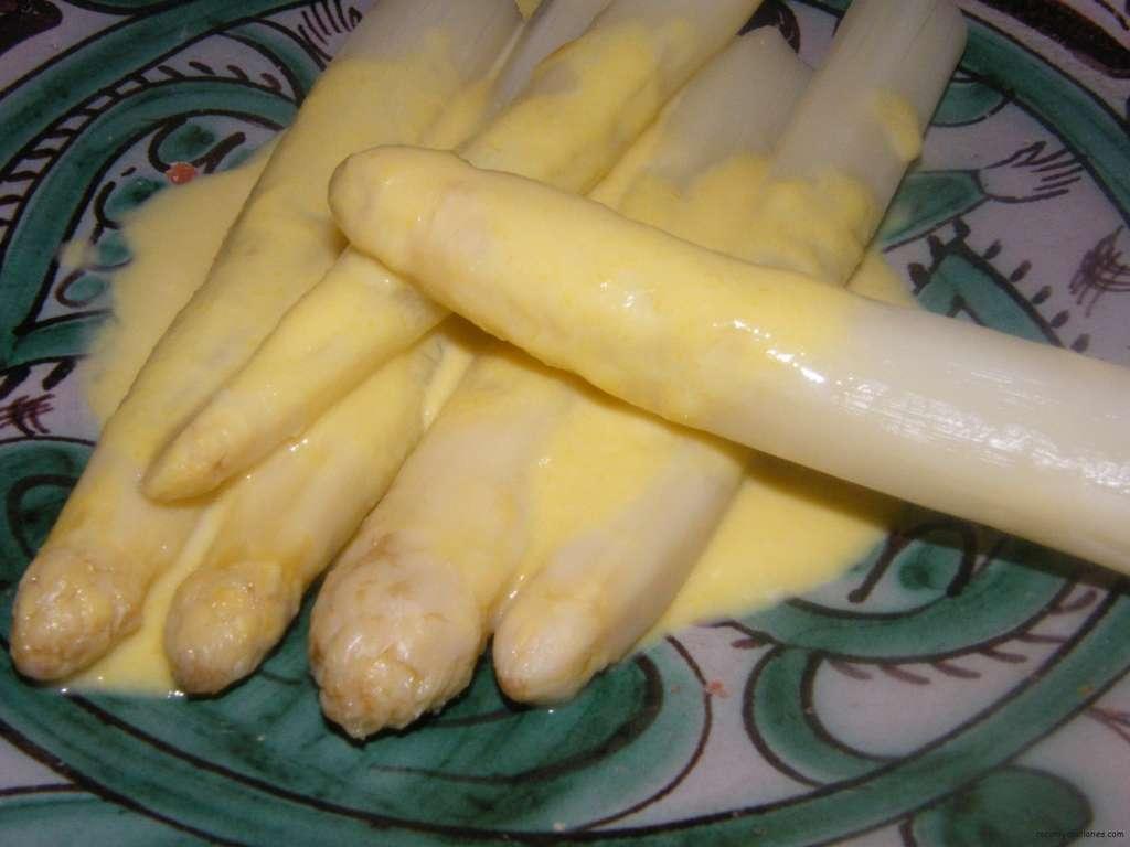espárragos en crema de azafrán