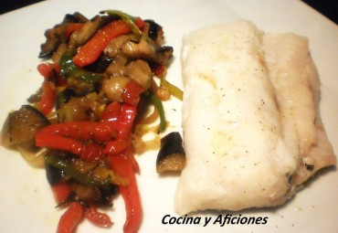 Merluza a la media sal con verduras en tiras, receta