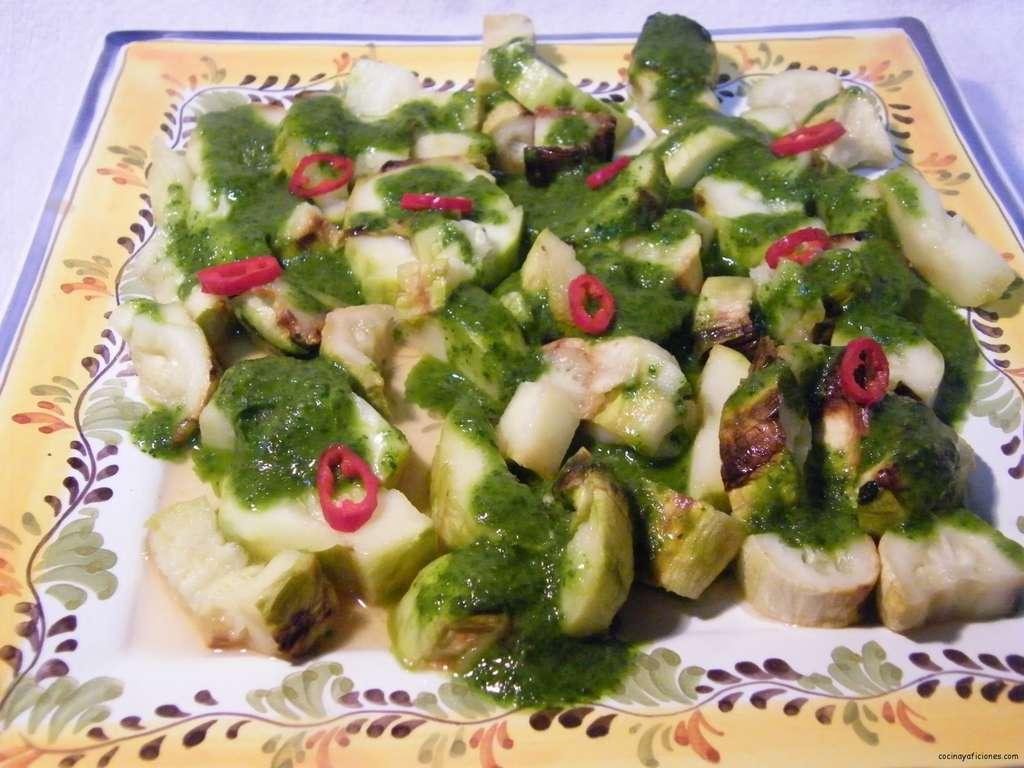 Ensalada de calabacines asados con salsa de perejil y menta, receta