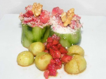 Pepinos rellenos de arroz y fresas, receta