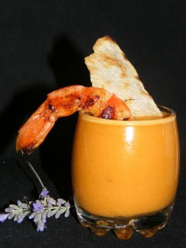 Gazpacho de sandía con gambas maceradas fritas y pan sardo, receta