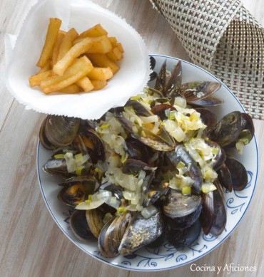 Mejillones a la belga con patatas fritas, receta paso a paso.