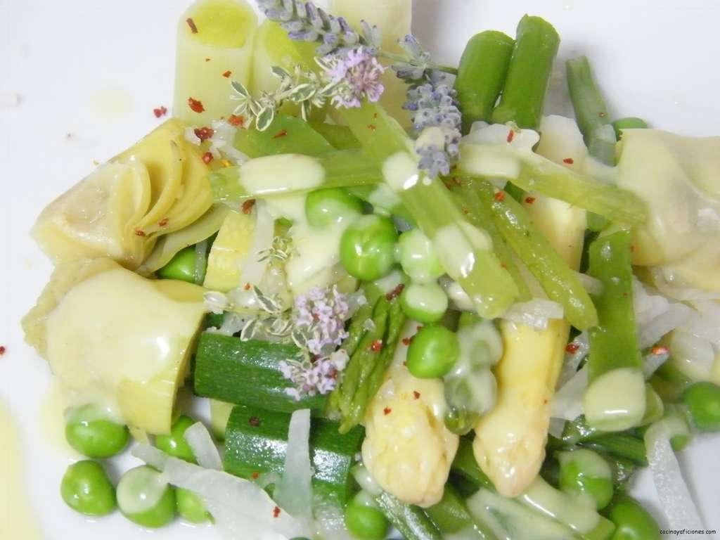 Menestra de verduras de primavera con crema de azafrán, receta