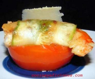 Rollito de gamba y calabacín sobre tomate, receta