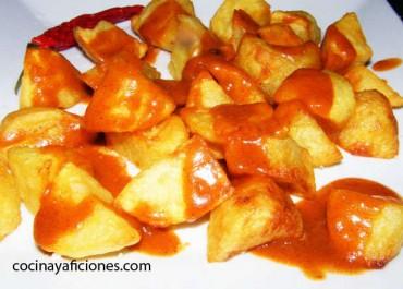Patatas bravas al estilo madrileño, la receta tradicional. Paso a paso.