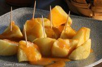 Patatas bravas al estilo madrileño, la receta tradicional con vídeo.