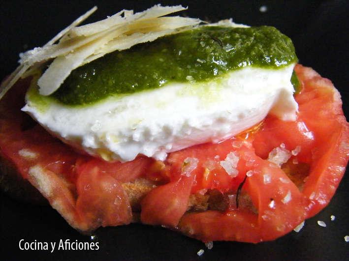 Crostini de mozarella, tomate y pesto, receta