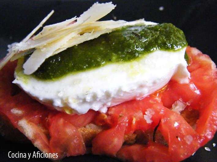 crostini de mozarella, tomate,pesto y parmesano