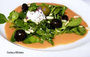 Ensalada de canónigos, queso y aceitunas,  aliñada con salmorejo,  receta
