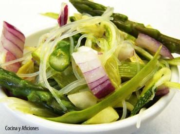 Ensalada de verdura crujiente y vermicellis, receta paso a paso.