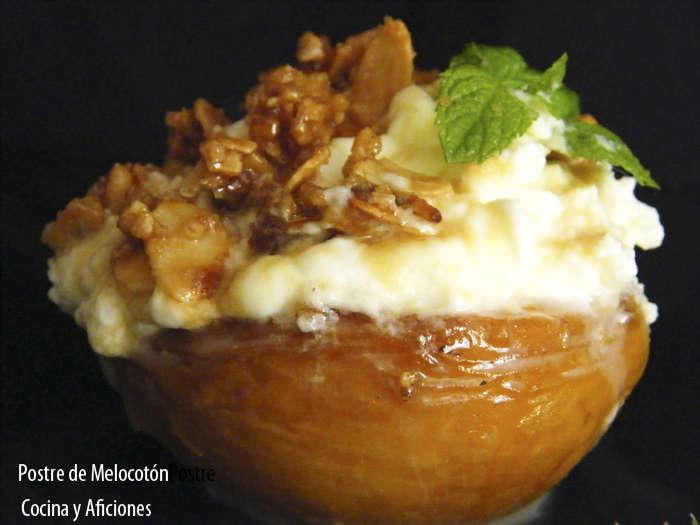 Postre de melocotones asados con nata y crujiente de almendras, receta