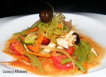 Ensalada de espaguetis de verduras con aliño de tomate, receta