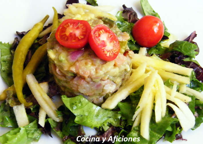 Tartar en timbal de salmón ahumado con ensalada de manzana, receta