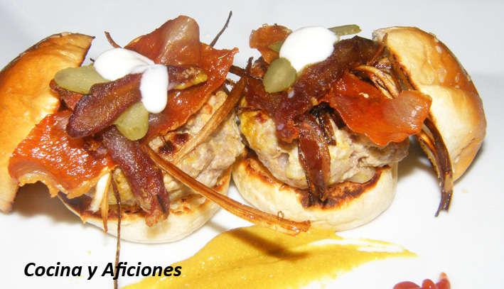 Mini hamburguesas con crujiente de jamón y palitos de puerro, receta