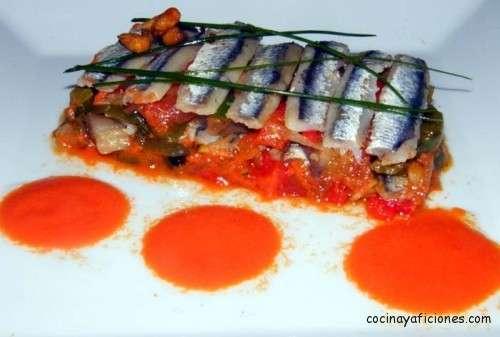 Ensalada de anchoas con piperrada y salsa de gazpacho