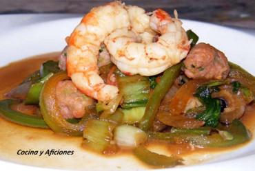 Chop suey de verduras, gambas y albóndigas, receta