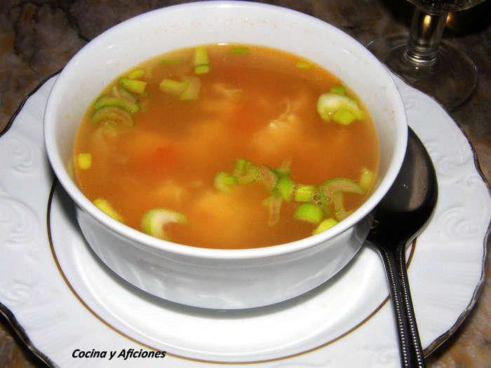 Sopa de pollo con tomate y flor de huevo, receta