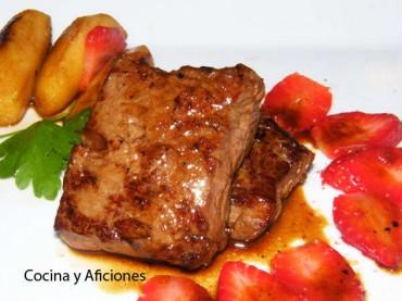 Medallones de entrecot con manzana, fresas y su salsita, receta