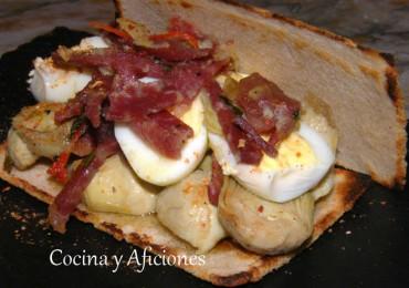 Bocata-tosta de Alcachofas, jamón ibérico y más cosas, receta