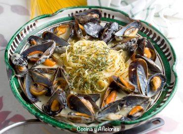 Espaguetis con mejillones a la bretona, receta francesa paso a paso