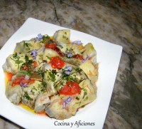 Tecnica de cocina: alcachofas a la sal presentadas con flor de tomate y hierbas, receta paso a paso