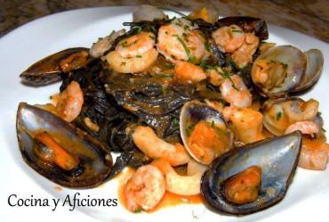 Espaguetis negros con rico marisco, receta paso a paso