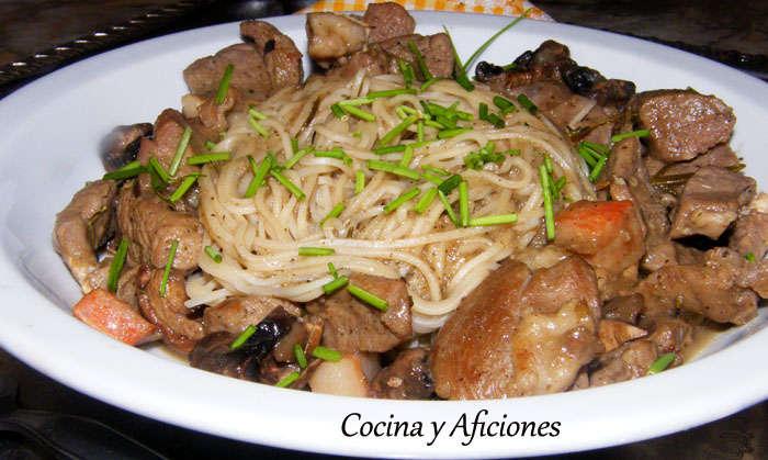 Pasta (noodles, fideos chinos) con escalopines y champiñones, receta paso a paso
