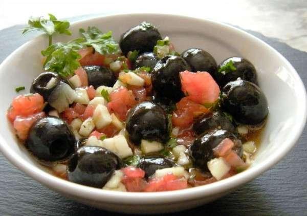 aceitunas negras con pepino y tomate 2