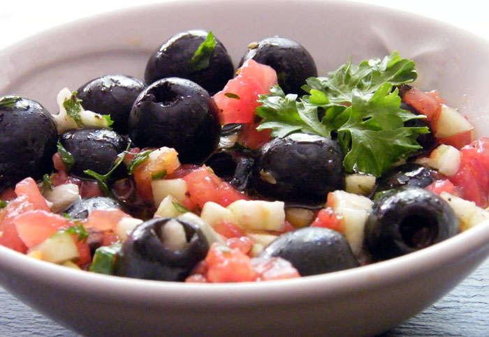 Aceitunas negras  aliñadas  con pepino y tomate, receta paso a paso