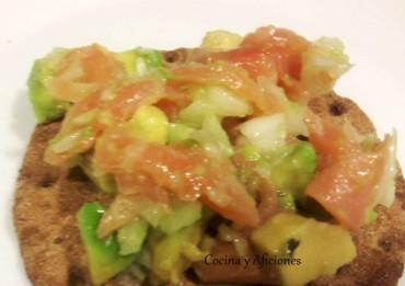 """Tupper de """"ensalada de aguacate con salmón"""", receta paso a paso"""