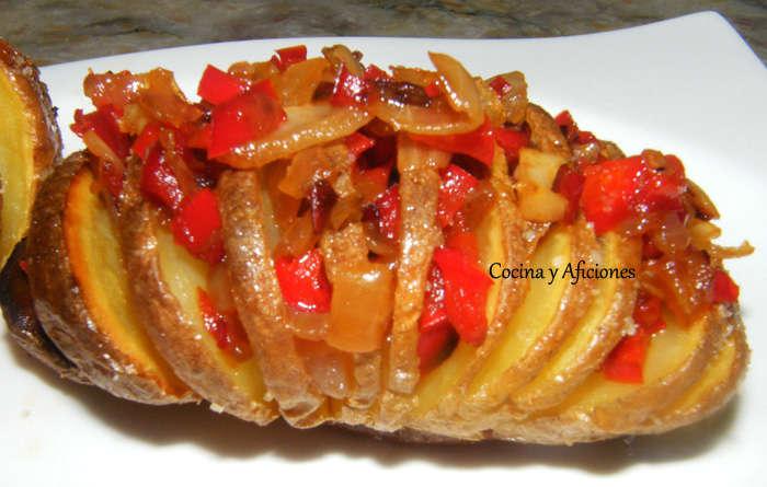 Patatas Hasselback con verduritas picantes, receta paso a paso