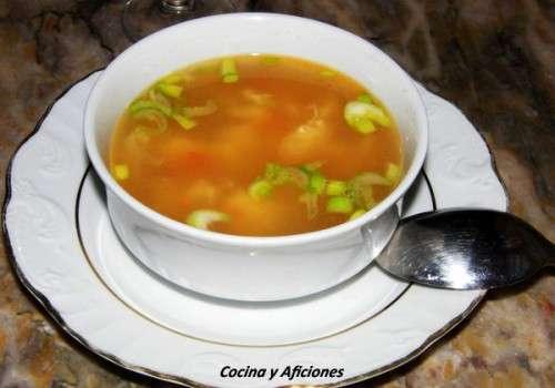 Sopa de pollo con tomate y flor de huevo