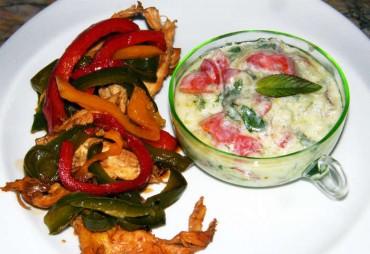 Pollo con pimientos y salsa de pepino, receta paso a paso