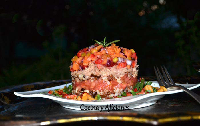 Pastel de arroz salvaje con vinagreta de nísperos, fresas y el toque de aceite de Royal Temprano del Castillo de Canena, receta paso a paso.