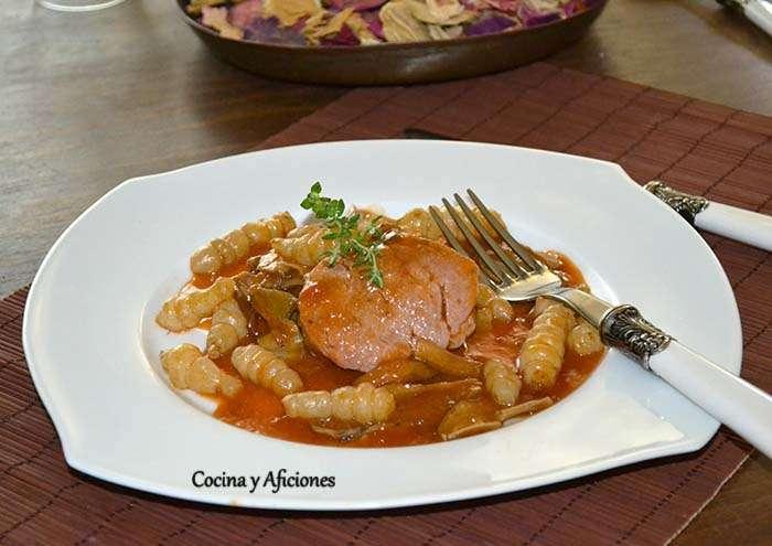 """Solomillo de cerdo en salsa al estilo """"cazadora» con boletus y crosne (o patatas), receta paso a paso."""