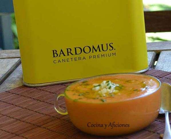 Sopa fría de tomate, queso y albahaca con aceite «C» (canetera) de Bardomus, receta paso a paso.