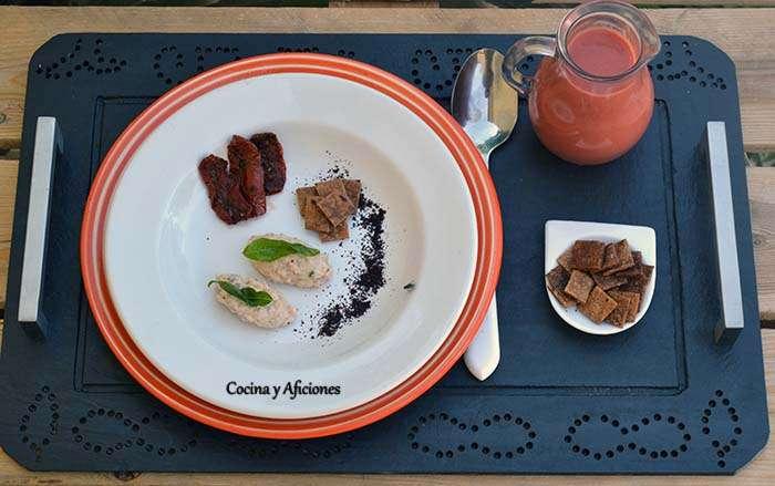 """Gazpacho de cereza con un toque de aove """"cornicabra"""" de Casas de Hualdo y sus acompañamientos, receta paso a paso."""