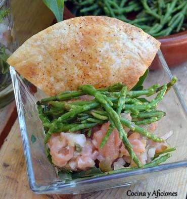 Aperitivo de salmón y gambas con salicornia, receta paso a paso.