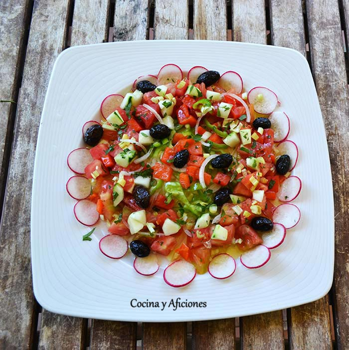 Ensalada de tomates rosas de Albalate a la menta, receta paso a paso.