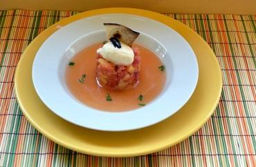Tomate en texturas con helado de queso y toque de ajo negro, receta paso a paso.