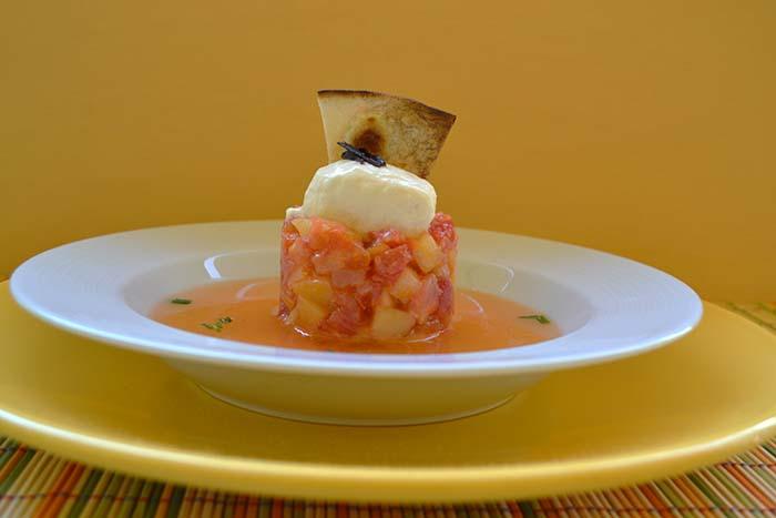 Tomate en texturas con helado de queso y toque de ajo negro 2