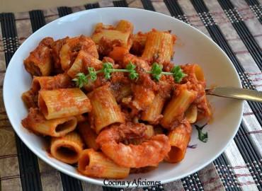 """Pasta (""""mezze  maniche rigate """"o súper macarrones) al estilo putanesca, receta paso a paso."""