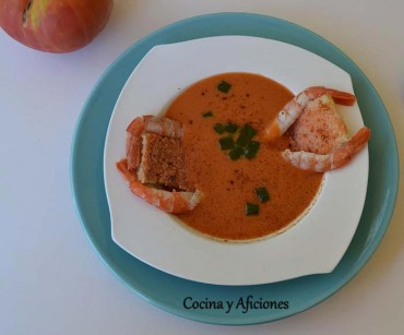 Terciopelo de tomate, gelatina de albahaca, pan con tomate  y gamba, receta paso a paso