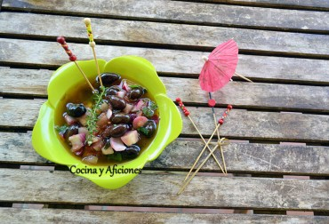 Aceitunas empeltre de Aragón aliñadas con pepino, receta paso a paso.