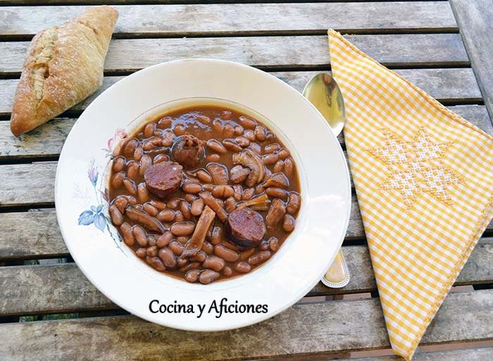 Alubias canela con oreja y chorizo al estilo tradicional, receta paso a paso.