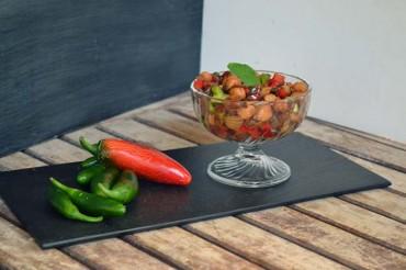 Garbanzos hortelanos al wok con ajo negro, receta paso a paso.