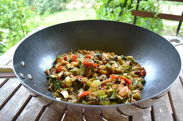 Cómo cocinar con un wok para conseguir una comida sana y natural
